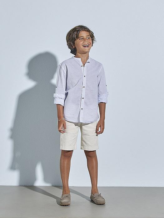 Look de niño con pantalón corto de loneta y camiseta de rayas azules Nanos