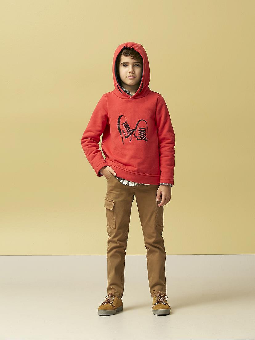Look Nanos para niño con sudadera roja y camisa escocesa