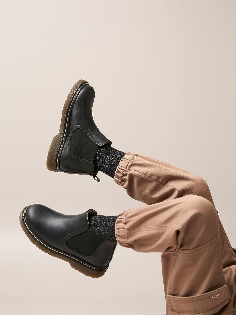 Look de niña Nanos con pantalón tostado y botines negros