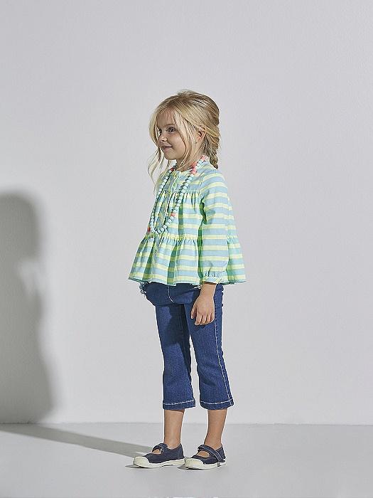 Conjunto de niña Nanos de blusa Oxford y jeans para ir de vacaciones